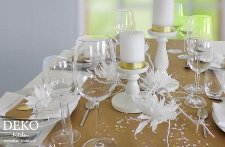 DIY: Hochzeitsdeko mit Papierblüten in weiß und gold