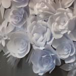 DIY: Romantische Papierblüten-Wand-Deko selber machen