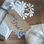 Freebie Geschenkpapier und Geschenkanhänger mit Rosenmuster