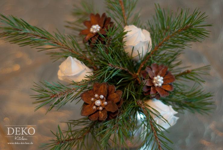 weihnachtsdeko basteln so macht ihr tolle bl ten aus tannenzapfen deko kitchen. Black Bedroom Furniture Sets. Home Design Ideas
