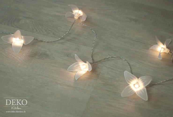 diy zauberhafte lichterkette mit papierbl ten deko kitchen. Black Bedroom Furniture Sets. Home Design Ideas