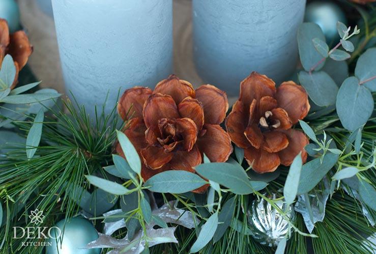 DIY: Adventskranz mit wunderschönen Blüten aus Strobuszapfen